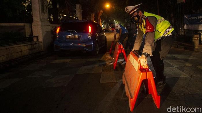 Pembatasan mobilitas warga di beberapa ruas jalan Ibu Kota kembali dilakukan. Hal itu guna menekan angka kasus positif Corona yang kembali melonjak. Begini potretnya.