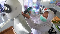 Seorang santri mengoperasikan robot Sabai menggunakan remote di kafe Arfa, Perguruan Diniyyah Putri Padangpanjang, Sumatera Barat.