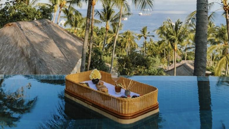 Sarapan terapung di resor Amankila Bali