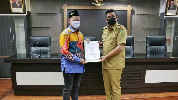 Ketum PP SNNU Witjaksono menyerahkan SK Waketum PP SNNU ke Walkot Medan Bobby Nasution, di Balai Kota Medan, Selasa (22/6/2021).