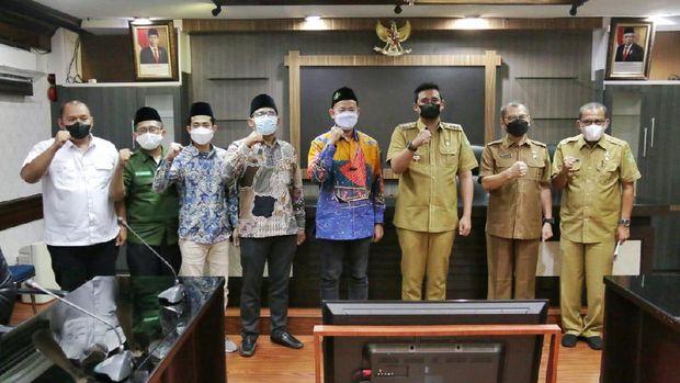 Jajaran pengurus harian PP Serikat Nelayan NU besama Wali Kota Medan Bobby Nasution, di Balai Kota Medan, Selasa (22/6/2021).