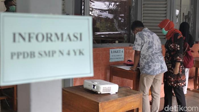 Pendaftaran PPDB 2021 jenjang SMP di Yogyakarta sudah dibuka. Sejumlah orang tua pun berdatangan ke sekolah untuk mendaftarkan putra-putri mereka.