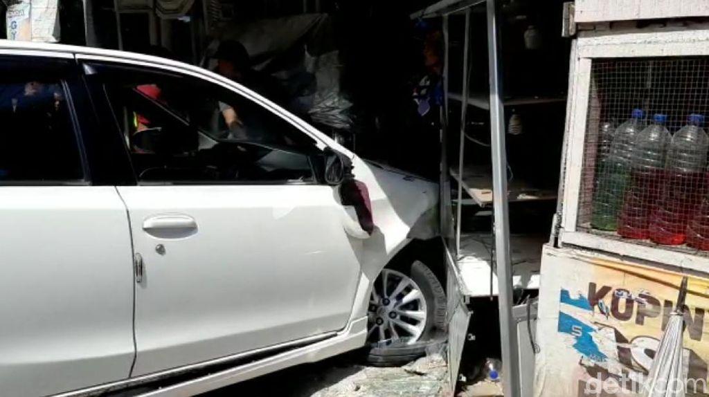 Oleng Usai Adu Banteng, Mobil Seruduk Kios Bensin di Sukabumi