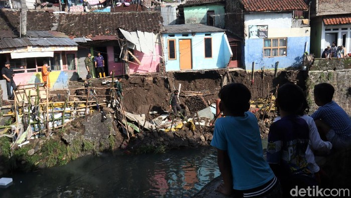 Tanggul Sungai Anak Cikalundung di Kota Bandung kembali ambrol. Ada tiga rumah yang terancam longsro akibat ambrolnya tanggul tersebut.