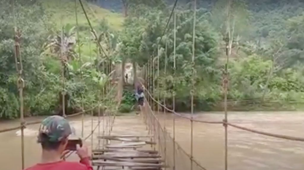 Viral Pelajar di Sulbar Bergantung di Tali Jembatan Rusak Seberangi Sungai