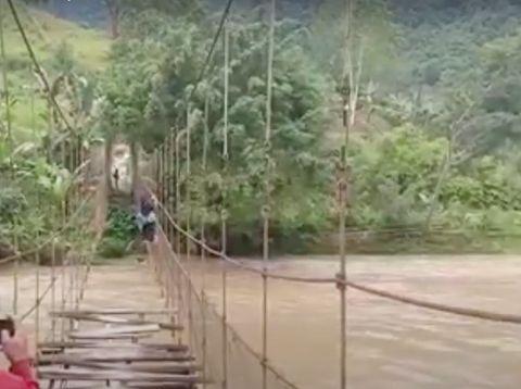 Tangkapan layar video viral pelajar bergantung di tali jembatan gantung di Mamasa, Sulbar.