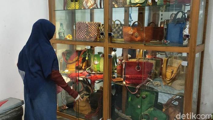 Di Kota Kediri ada kerajinan tas yang tidak mudah dipelajari sehingga hasilnya begitu bernilai. Namanya kerajinan tas makrame.