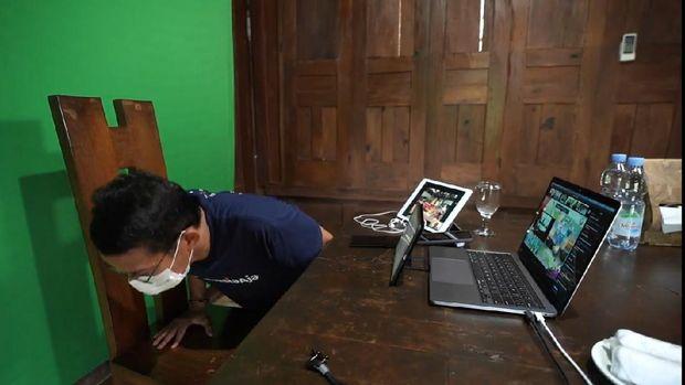Telat webinar, Sandiaga push up 15 kali