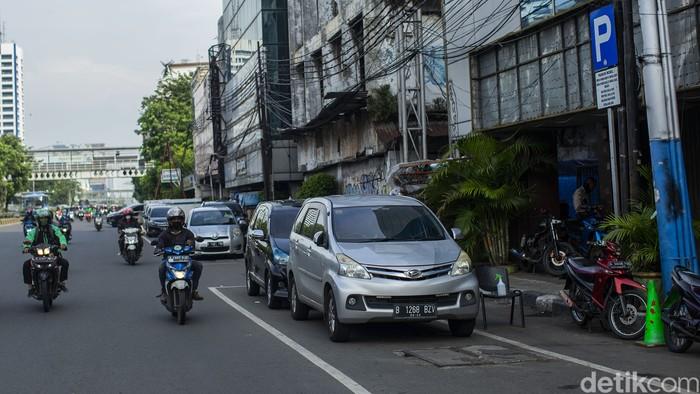 Sejumlah mobil parkir di kawasan IRTI Monas, Jakarta, Selasa, (22/6/2021).