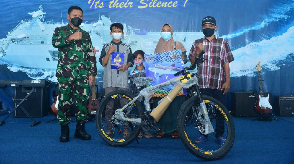 TNI AL Beri Hadiah Sepeda ke Bocah yang Terombang-ambing di Tengah Laut