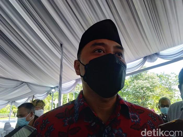 Pembelajaran tatap muka (PTM) rencananya akan digelar mulai Juli 2021. Namun Pemkot Surabaya akan membatalkan wacana tersebut jika kasus COVID-19 di Kota Pahlawan terus naik.