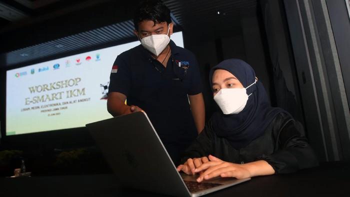 wokrshop e-Smart, kemenprin mengajarkan UMKM di Jawa Timur untuk mempromosikan produk mereka melalui video