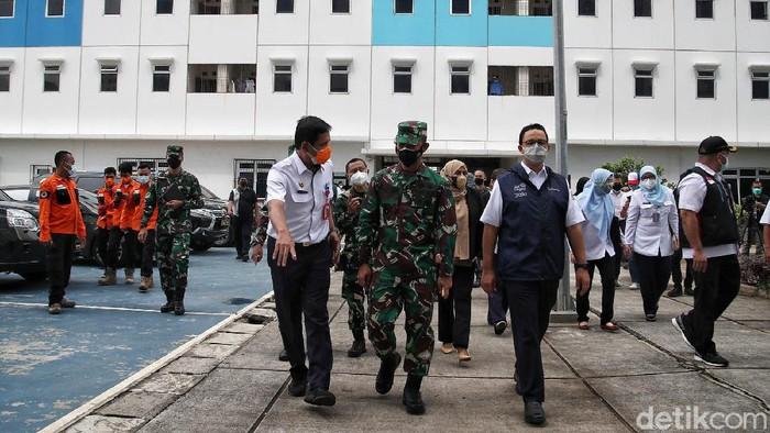 Gubernur DKI Jakarta Anies Baswedan meninjau rumah susun Nagrak di Jakarta Utara. Rusun itu dijadikan sebagai tempat isolasi mandiri pasien COVID-19.