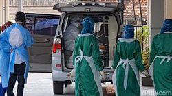Ruang Isolasi RS Soewondo Pati Penuh, Puluhan Pasien Antre di Mobil
