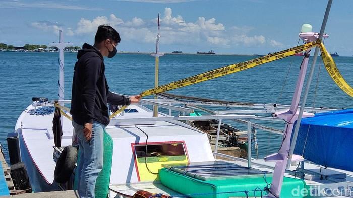 Barang bukti yang disita polisi dari nelayan yang ditangkap karena menggunakan bom ikan berdaya ledak tinggi (Hermawan/detikcom).