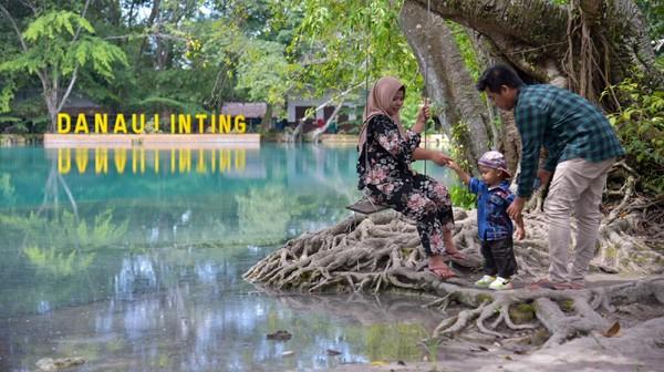 Warga berwisata di objek wisata Danau Linting, Sinembah Tanjung Muda Hulu, Deli Serdang, Sumatera Utara, Rabu (23/6/2021).