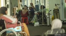 Pasien virus Corona (COVID-19) banyak berdatangan ke RSUD Cengkareng, Jakarta Barat. Pasien bahkan harus menunggu penapisan di lorong.