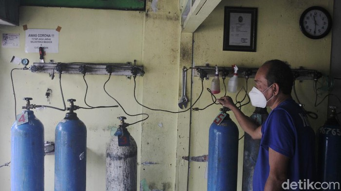 Penjual oksigen isu ulang mengecek perangkat tabung oksigen di kawasan Klitren, Kota Yogyakarta, Rabu (23/6/2021).
