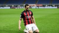Hakan Calhanoglu Resmi Menyeberang dari Milan ke Inter