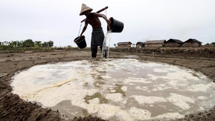 Petani menunjukkan bibit garam saat produksi garam tradisional di Desa Lancok, Kecamatan Syamtalira Bayu, Aceh Utara, Aceh, Rabu (23/6/2021). Harga garam petani tradisional turun Rp4.500 per kilogram dari sebelumnya Rp7.000 per kilogramnya akibat dampak pandemi COVID-19. ANTARA FOTO/Rahmad/rwa.