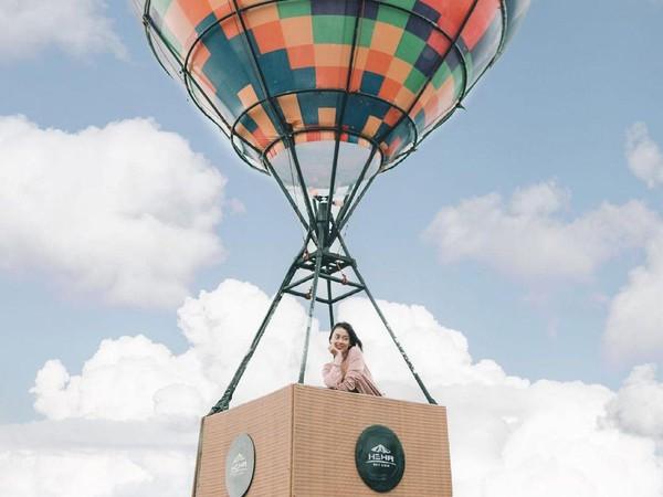 Ada streetfood berdesain kontainer. Ada pula berbagai spot instagramable seperti Sky Glass, Sky Swing dan Sky Balloon. (Heha Sky View/Instagram)