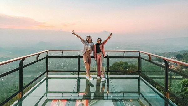 Sky Glass merupakan rooftop dengan lantai kaca. Waktu yang cocok untuk berfoto di atasnta adalah sekitar pukul 16.00-17.00. (Heha Sky View/Instagram)