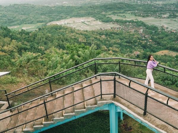 Jika Sky Glass berbayar, ada pula spot instagramable yang tidak berbayar. Contohnya di tangga dengan pemandangan alam Yogya ini. (Heha Sky View/Instagram)