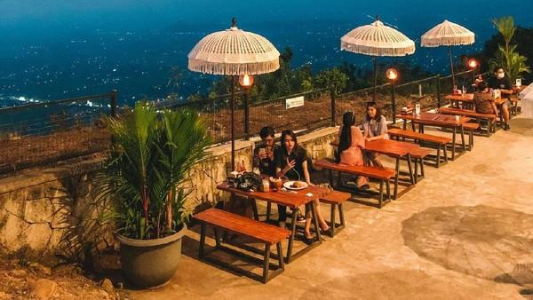 Traveler juga bisa duduk-duduk sambuk menikmati jajanan dari Food Stall sambil ditemani view yang ciamik. (Heha Sky View/Instagram)