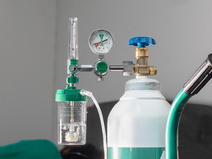 Close-up of medical oxygen flow meter  shows low oxygen or an nearly empty tank