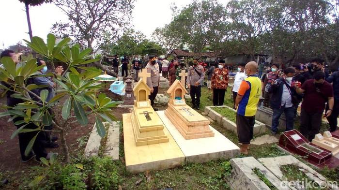Kapolresta Solo Kombes Ade Safri Simanjuntak meninjau lokasi makam yang dirusak, Rabu (23/6/2021).