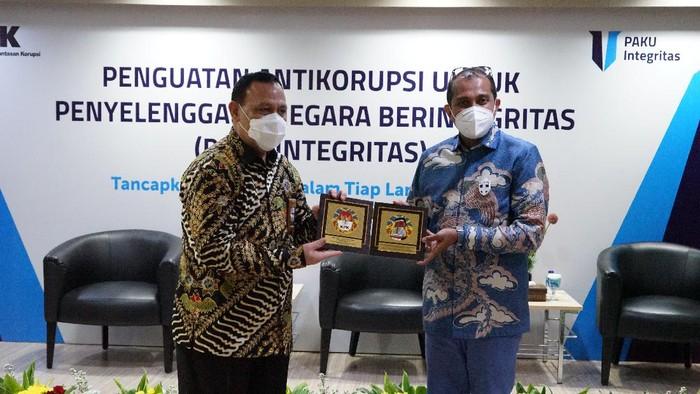 Ketua KPK Firli Bahuri dengan Wamenkumham Eddy OS Hiarie dalam acara PAKU Integritas, di Gedung Merah Putih KPK, Kuningan, Jakarta Selatan, Rabu (23/6/2021),