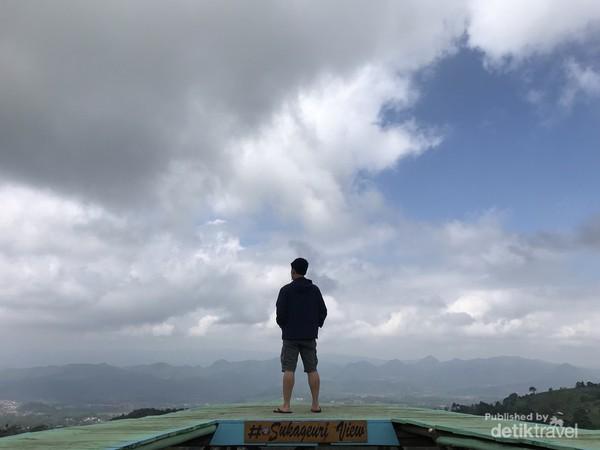 Berfoto dengan Latar Pemandangan Sukageuri View