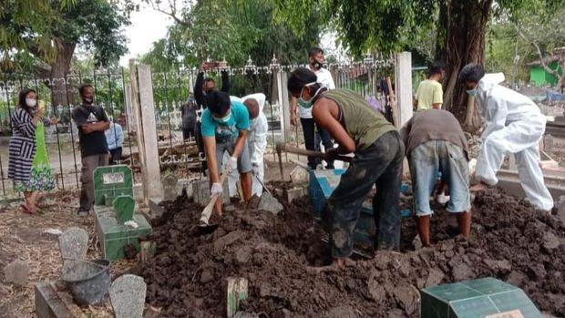 pemakaman istri pasien varian delta di bojonegoro