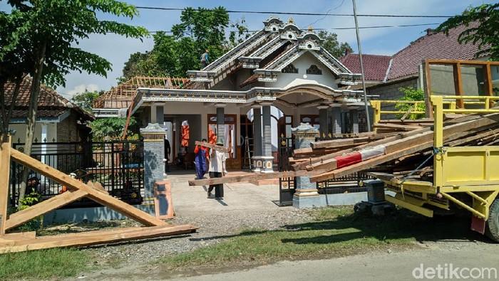 Perceraian Agus Purwanto dan Anjar Trisnawati menjadi perhatian warga Desa Carangrejo, Kecamatan Sampung. Sebab, perceraian pasutri itu berujung pembongkaran rumah senilai Rp 400 juta.