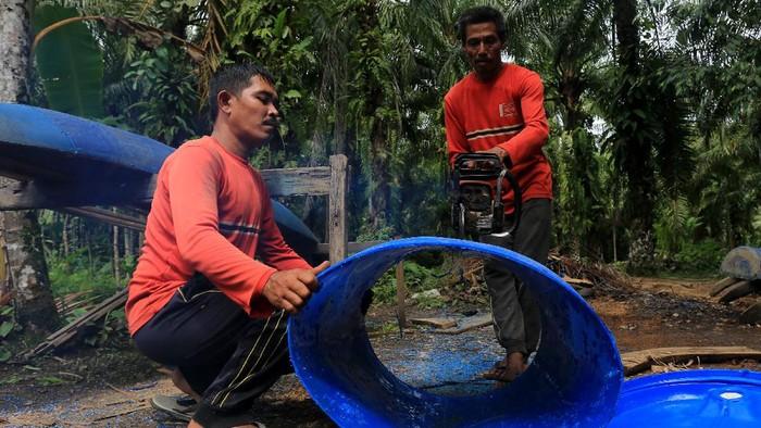 Warga menggunakan perahu drum plastik bekas saat mencari ikan di kawasan Desa Arongan, Kecamatan Arongan Lambalek, Aceh Barat, Aceh.