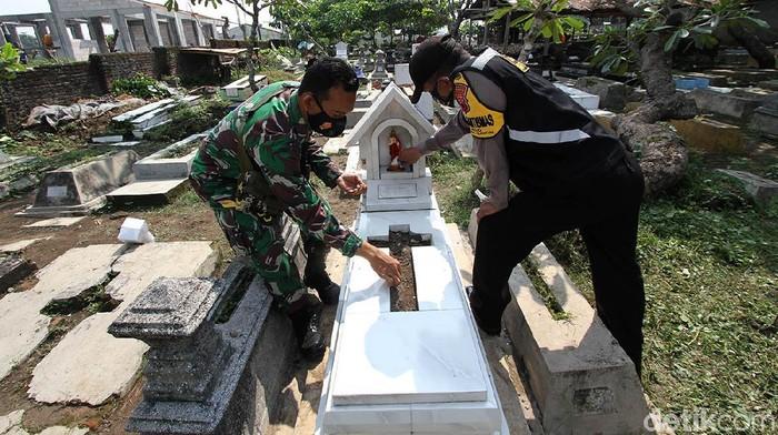 Perusakan sejumlah makam di TPU Cemoro Kembar, Solo oleh anak-anak mendapat perhatian serius. Kini masyarakat dibantu Babinsa dan Babinkamtibmas mulai melakukan perbaikan.