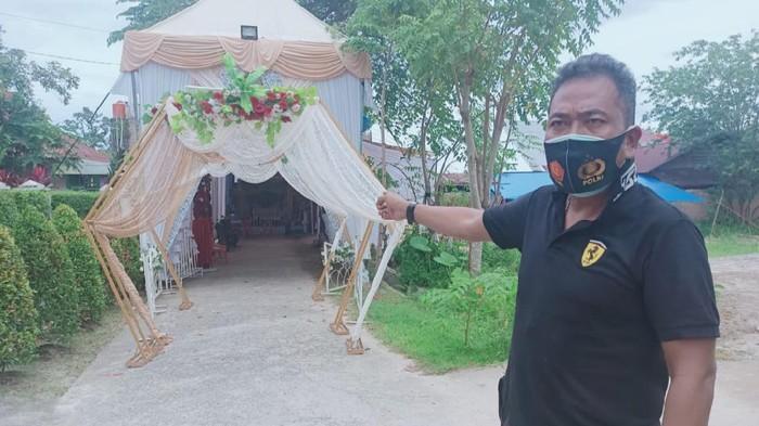 Polisi saat mendatangi lokasi pernikahan pria positif Corona asal Riau yang kabur ke Padang (dok. Polresta Pekanbaru)