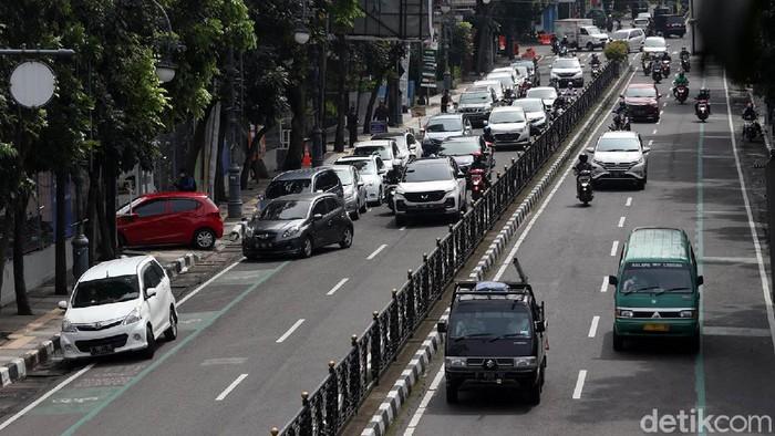 Kemacetan di Jalan Merdeka,  Kota Bandung terjadi akibat antrean mobil yang hendak melakukan rapid antigen drive thru di salah satu perusahaan farmasi. Begini penampakannya.