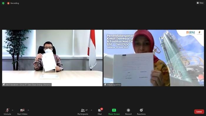 Direktur Utama PT Geo Dipa Energi Riki Firmandha  Ibrahim (kiri) dan Pemimpin Divisi Bisnis Korporasi 2 Maya Agustina (kanan) menandatangani Penandatanganan Perjanjian Kredit Proyek Pembangunan PLTP di Jakarta.