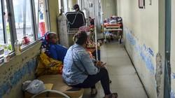 Lonjakan kasus positif COVID-19 kian meningkat. Bahkan ruang isolasi RSUD dr Soekardjo, Kota Tasikmalaya meluber hingga ke lorong.