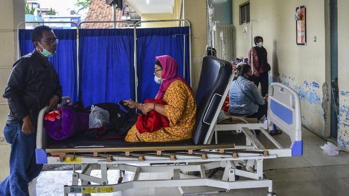 Sejumlah pasien menjalani perawatan di lorong IGD Rumah Sakit Umum Daerah (RSUD) dr Soekardjo, Kota Tasikmalaya, Jawa Barat, Rabu (23/6/2021). Akibat ruang isolasi COVID-19 di RSUD dr Soekardjo penuh dengan Bed Occupancy Rate (BOR) melebihi 100 persen, mereka terpaksa mengantre, bahkan belasan di antaranya terpaksa menunggu di lorong IGD lantaran masuk dalam daftar tunggu untuk dipindahkan ke ruang isolasi. ANTARA FOTO/Adeng Bustomi/