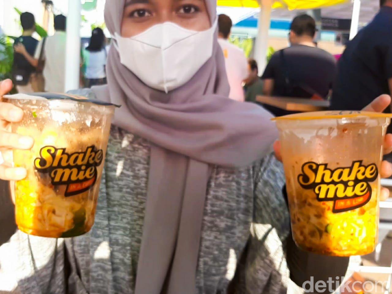 Shake Mie di Urban Farm PIK Menawarkan Sensasi Makan Mie dalam Gelas dan Dikocok.