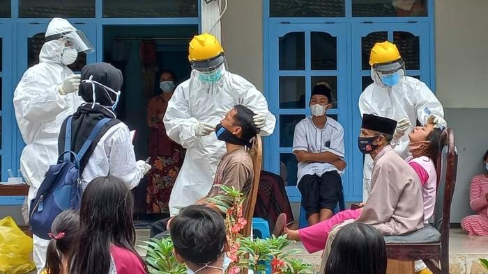 Satgas COVID-19 Kabupaten Pasuruan menemukan klaster takziah di Desa Dayurejo, Kecamatan Prigen. Sebanyak 21 orang dinyatakan positif swab antigen.