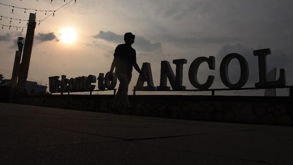 Pengunjung berwisata di Taman Impian Jaya Ancol, Jakarta, Rabu (23/6/2021).
