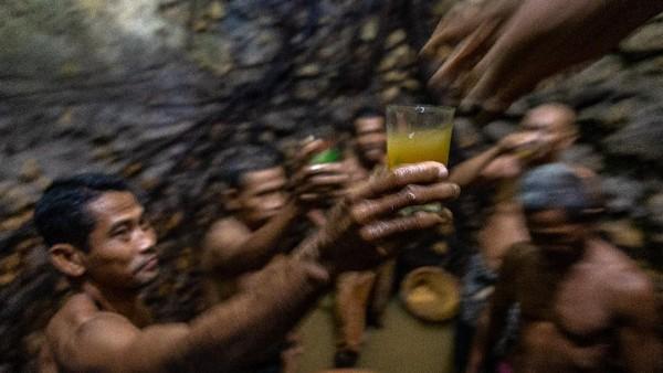 Sejumlah warga meminum air tapai sebagai syarat membersihkan mata air Sendangsari yang merupakan petilasan Sunan Kalijaga.