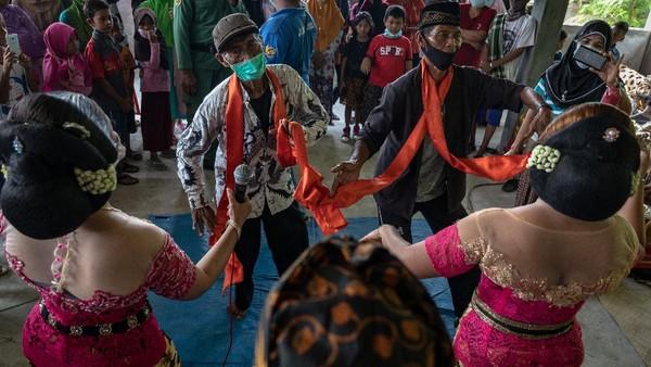 Selanjutnya warga asyik menari bersama penari tayub yang diyakini membawa berkah.