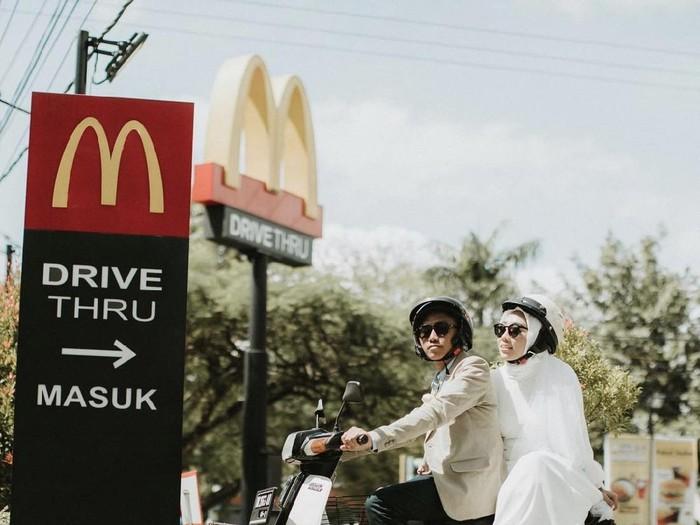 Pengantin sesi foto pernikahan di McDonalds bikin kagum.