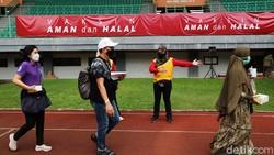 Pemerintah Kota Bekasi menggelar vaksinasi COVID-19 secara massal di Stadion Patriot Candrabhaga, Rabu (23/6). Sebanyak 8.000 peserta hadir vaksin pertama.