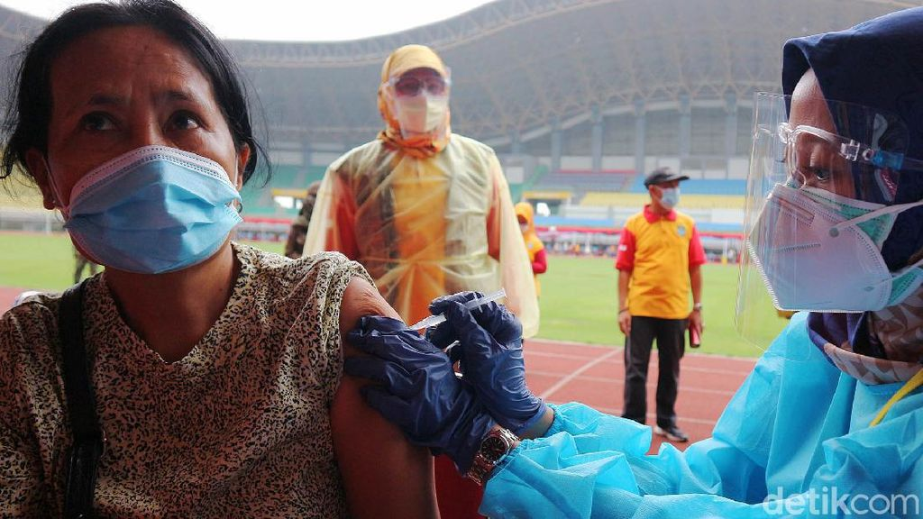 Intip Warga Bekasi Divaksin COVID-19 di Stadion Patriot