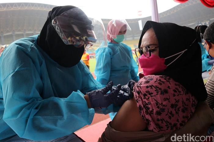 Pemerintah Kota Bekasi menggelar vaksinasi COVID-19 secara massal di Stadion Patriot Candrabhaga, Rabu (23/6). Sebanyak 8.000 peserta hadir mengikuti kegiatan tersebut.